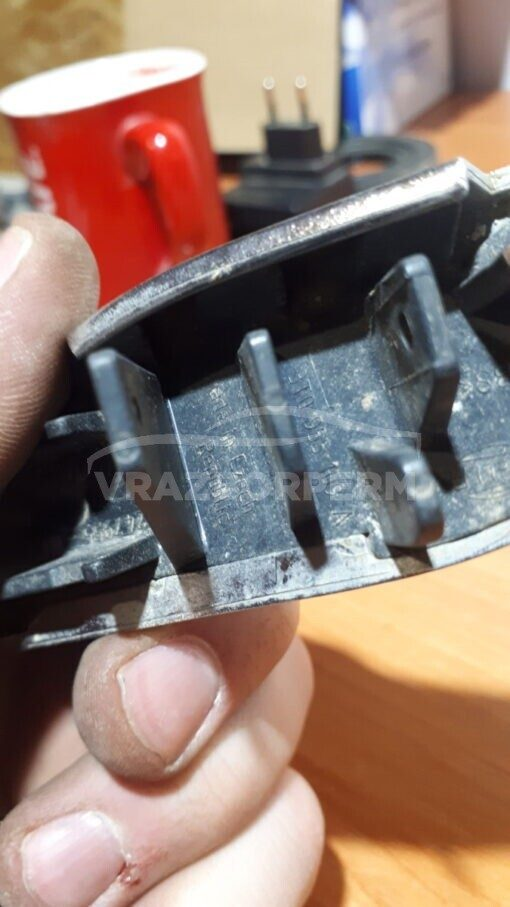 Крышка форсунки омывателя фары левой перед. Skoda Superb 2002-2008   3T0955109A